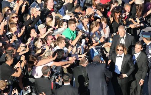 Festival-de-Cannes-22-mai-2012-Brad-Pitt-et-ses-fans-montée-des-marches-tapis-rouge.jpg
